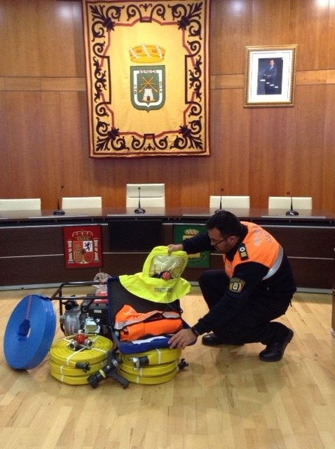 Armonia de Ifach Lodge presents new safety gear to firefighters.