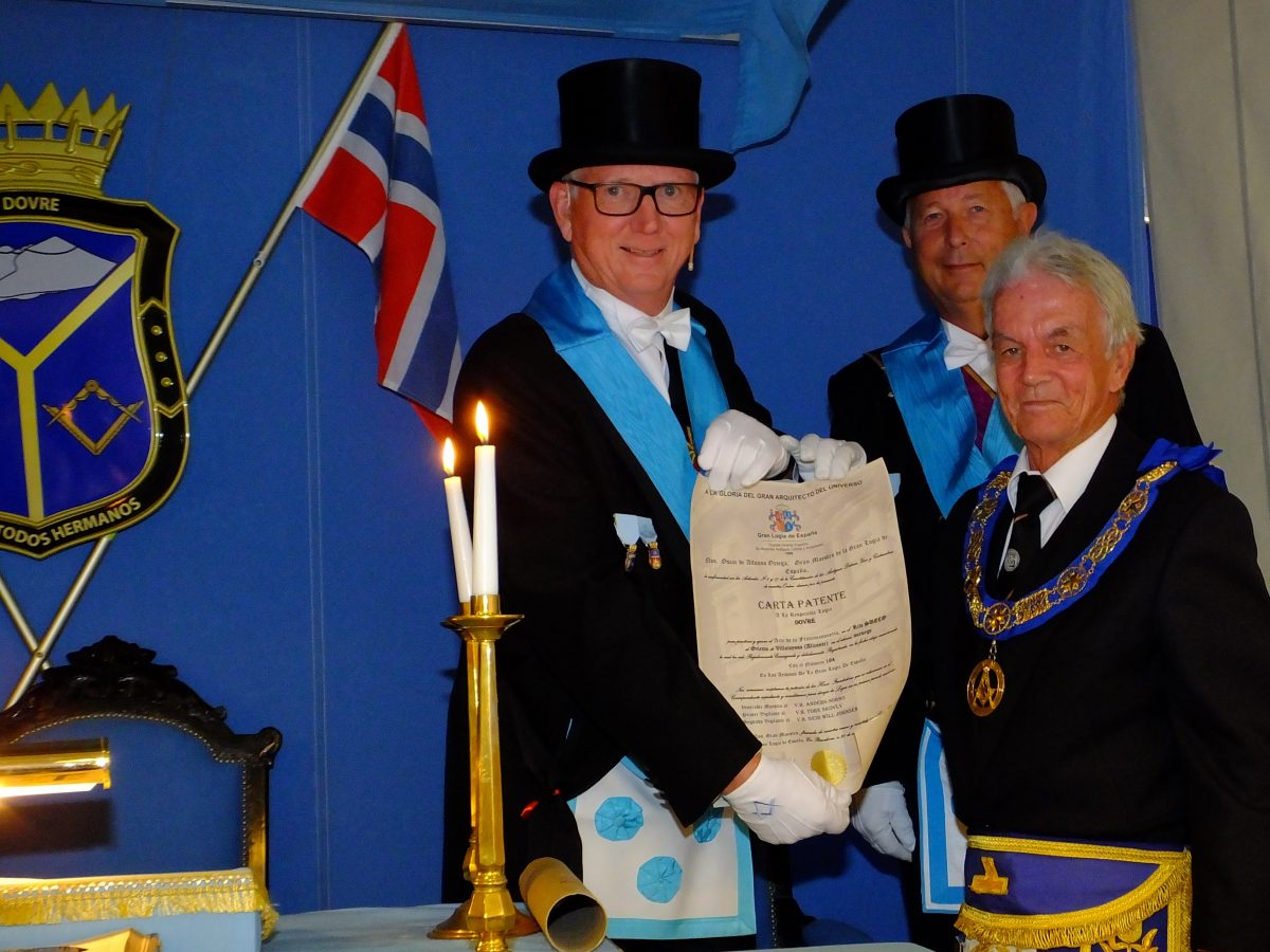 PGM presents the Warrant (Carta Patente) to the newest Lodge in the Province